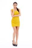 Mujer en vestido amarillo con los brazos que cruzan el cuerpo Fotos de archivo