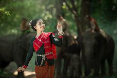 Mujer en vestido asiático de la tradición con el elefante Imágenes de archivo libres de regalías