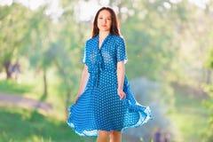 Mujer en vestido azul del lunar fotografía de archivo libre de regalías