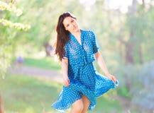 Mujer en vestido azul del lunar fotos de archivo libres de regalías