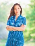 Mujer en vestido azul del lunar Imagen de archivo
