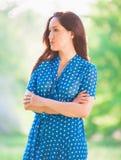 Mujer en vestido azul del lunar Imágenes de archivo libres de regalías