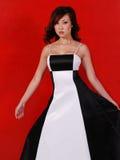 Mujer en vestido blanco y negro Imagen de archivo