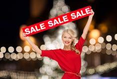 Mujer en vestido con la muestra roja de la venta Imagen de archivo libre de regalías