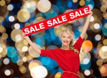 Mujer en vestido con la muestra roja de la venta Fotos de archivo libres de regalías