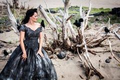 Mujer en vestido de boda negro con los cuervos Foto de archivo libre de regalías