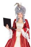 Mujer en vestido de la reina con el ordenador portátil Imágenes de archivo libres de regalías