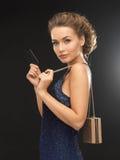 Mujer en vestido de noche con la tarjeta del vip Foto de archivo libre de regalías