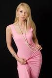 Mujer en vestido de noche rosado. Foto de archivo libre de regalías