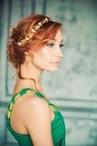 Mujer en vestido de noche verde en el estudio de la moda imagen de archivo