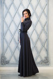 Mujer en vestido largo elegante en estudio lujo foto de archivo libre de regalías