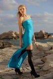 Mujer en vestido largo en las rocas Fotos de archivo