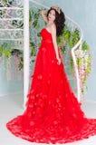 Mujer en vestido largo rojo Imagenes de archivo