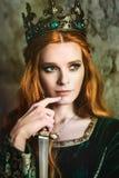 Mujer en vestido medieval verde imágenes de archivo libres de regalías