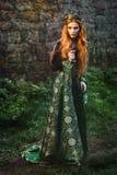 Mujer en vestido medieval verde Fotografía de archivo
