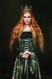 Mujer en vestido medieval verde imagen de archivo