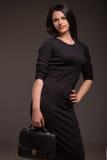 Mujer en vestido negro Imagen de archivo