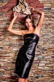 Mujer en vestido negro de cuero de lujo Fotografía de archivo libre de regalías