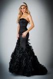 Mujer en vestido negro del vestido de bola. Imagenes de archivo