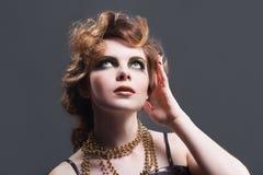 Mujer en vestido pasado de moda imagen de archivo libre de regalías