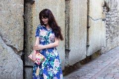 Mujer en vestido que camina en la ciudad vieja de Tallinn Imagenes de archivo