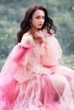 Mujer en vestido rosado de la princesa fotos de archivo