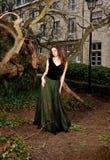 Mujer en vestido victoriano en el parque Fotografía de archivo libre de regalías
