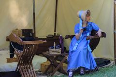 Mujer en vestido y sombrero del vintage en el evento de Napoleonica en el sor del chalet Foto de archivo