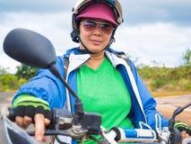 Mujer en viaje al aire libre de la aventura en moto Foto de archivo