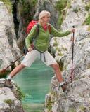 Mujer en viaje de la montaña fotos de archivo libres de regalías