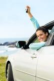 Mujer en viaje en coche con llaves Imagenes de archivo