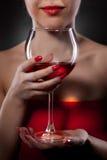 Mujer en vidrio de vino rojo de la explotación agrícola Fotos de archivo libres de regalías
