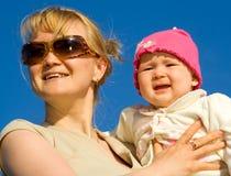 Mujer en vidrios con el niño en las manos (1) Imágenes de archivo libres de regalías