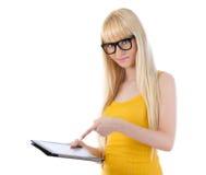 Mujer en vidrios con el ordenador de la tablilla Imagenes de archivo