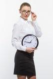 Mujer en vidrios con el reloj Foto de archivo libre de regalías