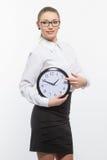 Mujer en vidrios con el reloj Fotografía de archivo libre de regalías