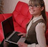 Mujer en vidrios con la computadora portátil Fotografía de archivo libre de regalías