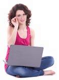 Mujer en vidrios con PC del ordenador Fotografía de archivo