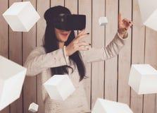 Mujer en vidrios de VR Fotografía de archivo libre de regalías