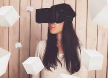 Mujer en vidrios de VR Imagen de archivo