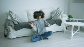 Mujer en vidrios de VR en casa almacen de metraje de vídeo