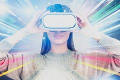 Mujer en vidrios de VR, interfaz abstracto fotografía de archivo libre de regalías