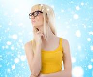 Mujer en vidrios que soña despierto. Copos de nieve Imagen de archivo libre de regalías