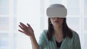 Mujer en visualizador en forma de visor del vr almacen de video