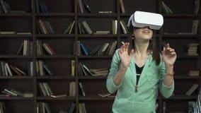 Mujer en visualizador en forma de visor del vr metrajes