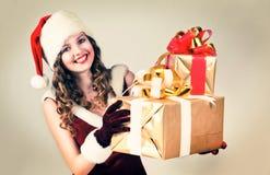 mujer en y sombrero de Santa con un regalo Fotos de archivo