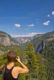 Mujer en Yosemite Imagenes de archivo