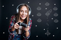 Mujer encantada alegre que juega a los videojuegos Fotos de archivo libres de regalías