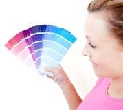 Mujer encantada que elige colores Fotografía de archivo libre de regalías