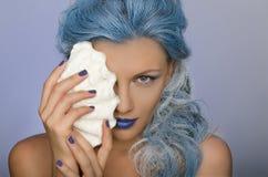 Mujer encantadora con el pelo y la cáscara azules de la persona Imagen de archivo libre de regalías